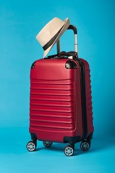 Czerwony bagaż z niebieskim tłem