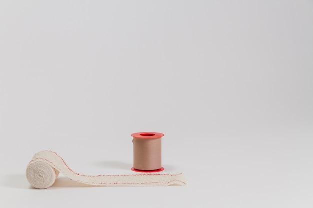 Czerwony bandaż rolka