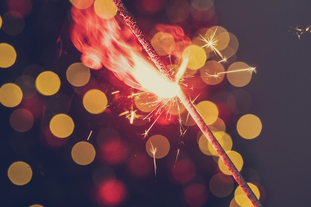 Czerwony bengalski blask światła z bliska na ciemności