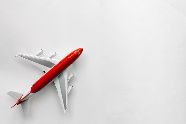 Czerwony biały samolot na białego tła odgórnym widoku z kopii przestrzenią