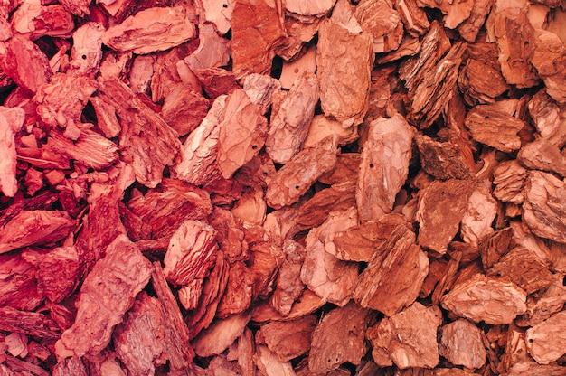 Czerwony brązowy wiór drzewny kora tekstura tło.