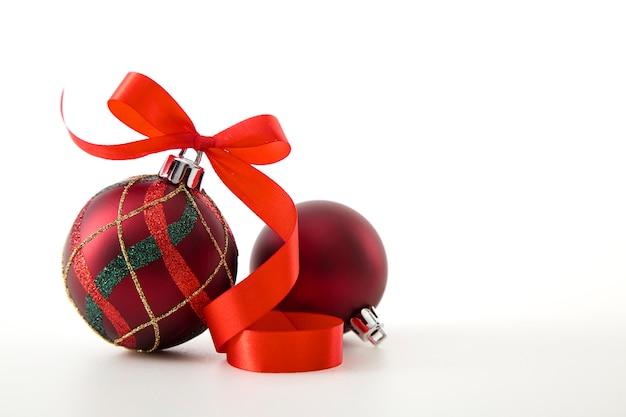 Czerwony cacko z czerwoną wstążką, zdjęcie