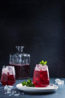 Czerwony cockatil z lodem i miętą
