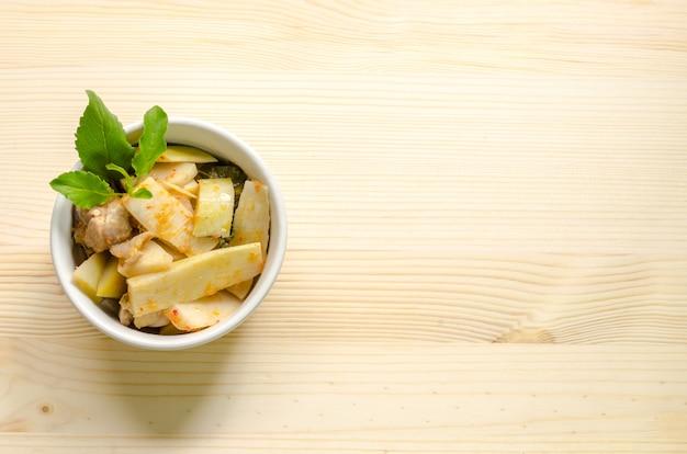 Czerwony curry z kurczakiem i bambusowymi krótkopędami, tajlandzki jedzenie, tajlandia