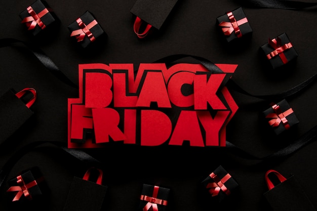 Czerwony czarny piątek i widok z góry pudełka na prezenty