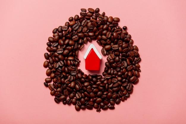 Czerwony dom bożego narodzenia i ziarna kawy