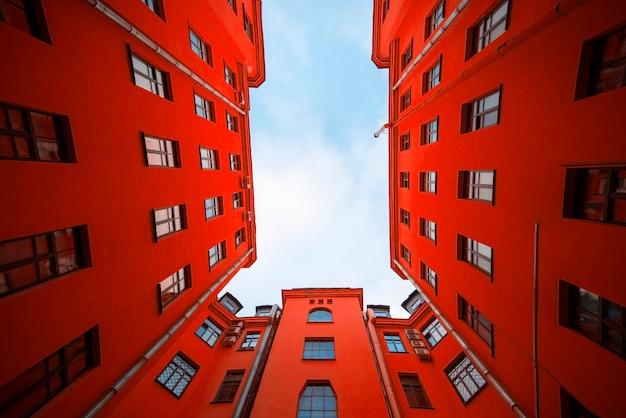 Czerwony dom z apartamentami mieszkalnymi