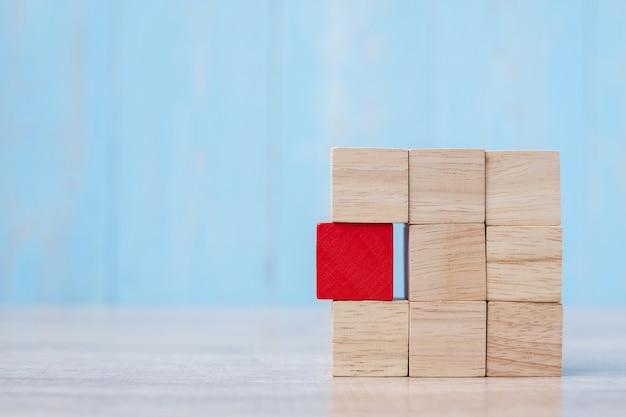 Czerwony drewniany blok na budynku