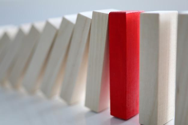 Czerwony drewniany klocek oparł się upadkowi prostych blogów.