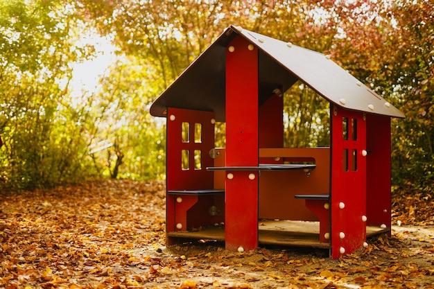 Czerwony drewniany plac zabaw w parku