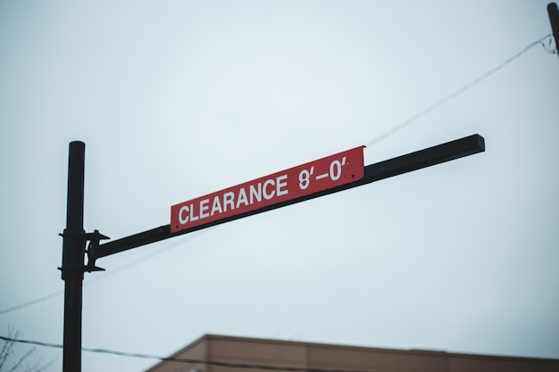 Czerwony drogowy znak z nieba tłem