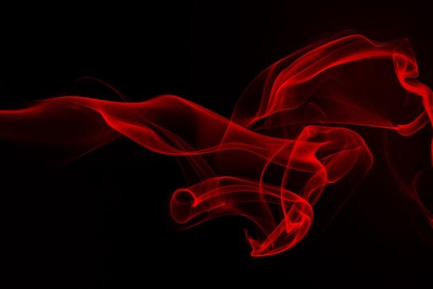 Czerwony dymny abstrakt na czarnym tle. projekt ognia