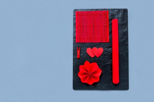 Czerwony, ekologiczny, naturalny dekor w kształcie serca na walentynki na czarnej kamiennej desce