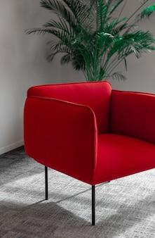 Czerwony fotel w pobliżu zielonej rośliny