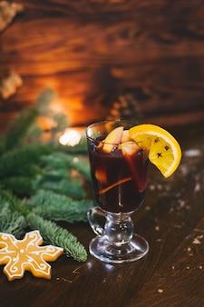 Czerwony gorący napój glintwein z przyprawami cynamon anyż owoce cukier brązowy na starym drewnianym stole