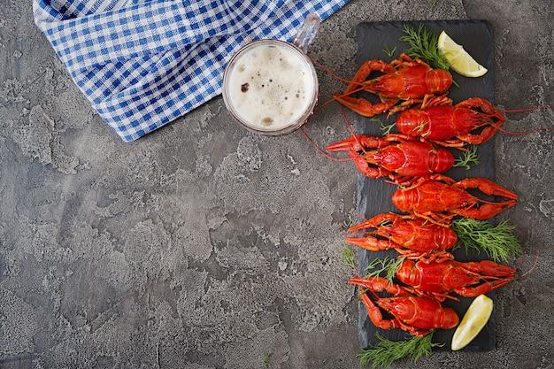 Czerwony gotowane raki na stole w stylu rustykalnym