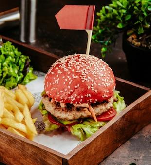 Czerwony hamburger z frytkami
