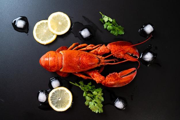 Czerwony homar z lodem i cytryną
