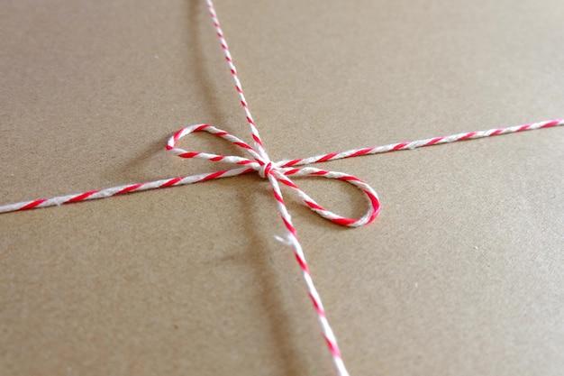 Czerwony i biały paczka liny z bliska pakiet