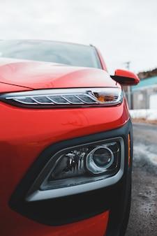 Czerwony i czarny samochód w zakończeniu up