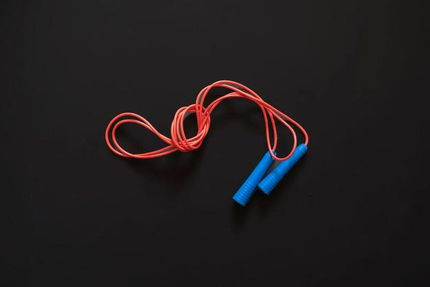 Czerwony I Niebieski Związany Skakanka Na Białym Tle F Premium Zdjęcia