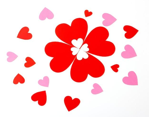 Czerwony i różowy papier w kształcie serca na białym tle, koncepcja miłości i walentynki.