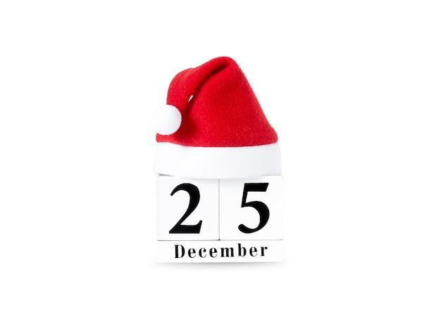Czerwony kapelusz świętego mikołaja w kalendarzu na białym tle.