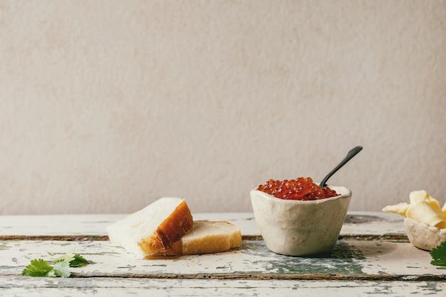 Czerwony kawior z chlebem i masłem