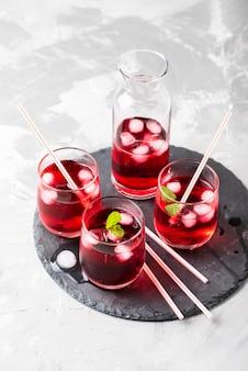 Czerwony koktajl alkoholowy z lodem i miętą