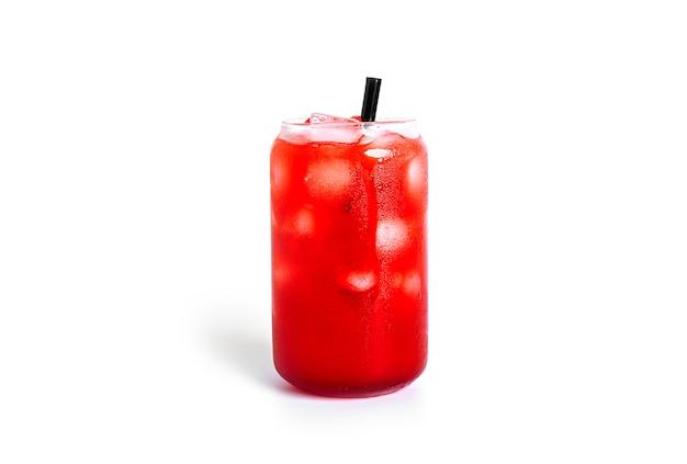 Czerwony koktajl na białym tle.