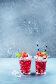 Czerwony koktajl z lodem i miętą