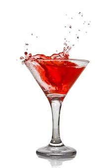 Czerwony koktajl z odrobiną na białym tle