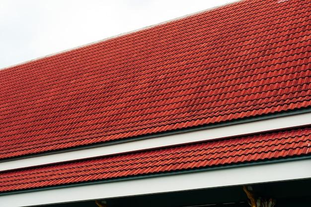 Czerwony kolor dachu na białym tle