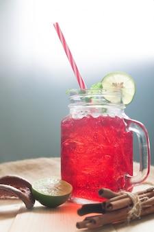 Czerwony kolor zimny napój z cytryną w plasterkach
