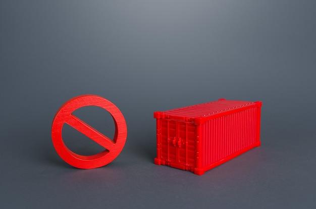 Czerwony kontener i znak zakazu no kryzys logistyczny w transporcie ładunków drogą morską