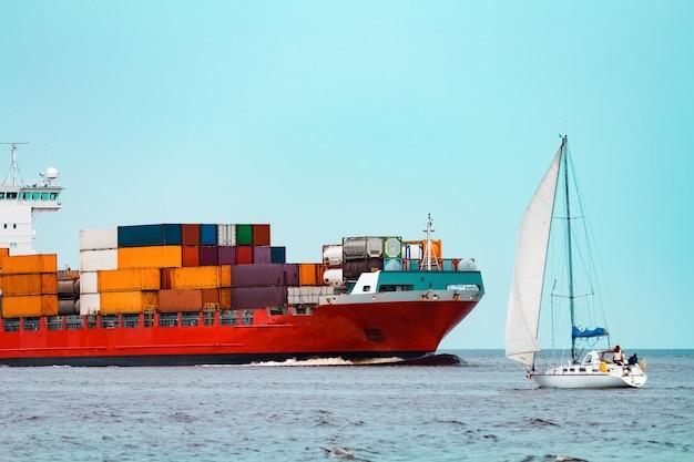 Czerwony kontenerowiec. logistyka i eksport produkcji