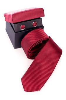 Czerwony krawat biznesu jedwabiu rzutowane na białym tle.