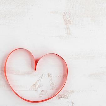 Czerwony krawat tworząc serce