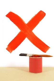 Czerwony krzyż namalowany na ścianie