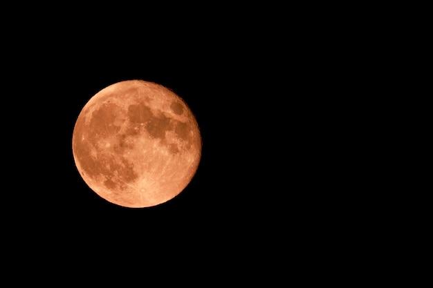 Czerwony księżyc i czarne niebo z gwiazdami