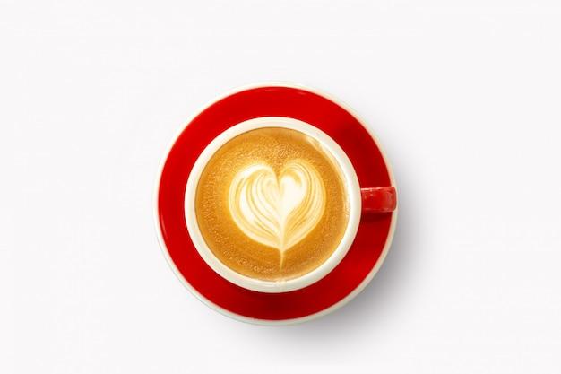 Czerwony kubek, serce kawy latte w kształcie na białym tle
