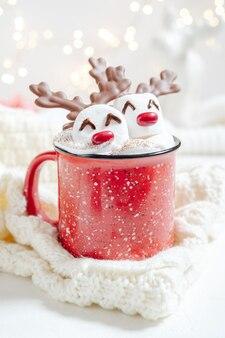 Czerwony kubek z gorącą czekoladą i rozpuszczoną pianką