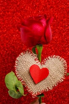 Czerwony kwiat róży i mały kształt serca. koncepcja walentynki
