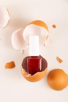 Czerwony lakier do paznokci w skorupce