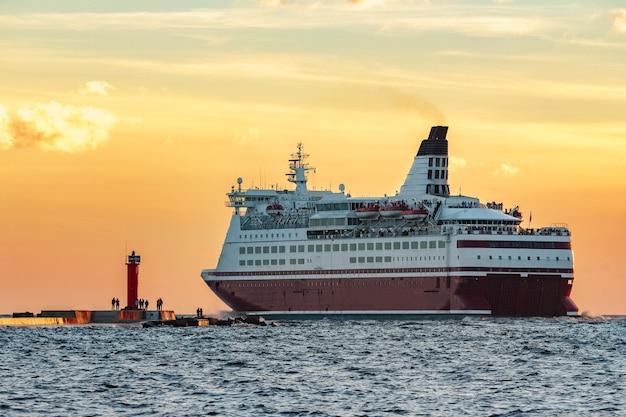 Czerwony liniowiec wycieczkowy. prom pasażerski płynący z rygi do sztokholmu
