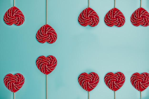 Czerwony lizak w kształcie serca. kolorowy lizak.