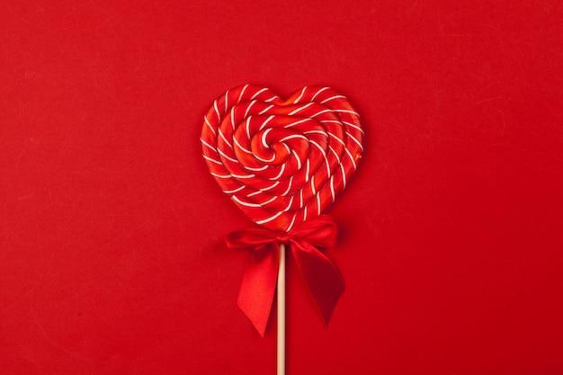 Czerwony lizak w kształcie serca