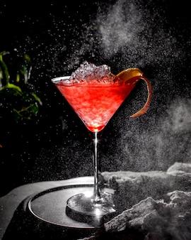 Czerwony lukrowy koktajl na stole