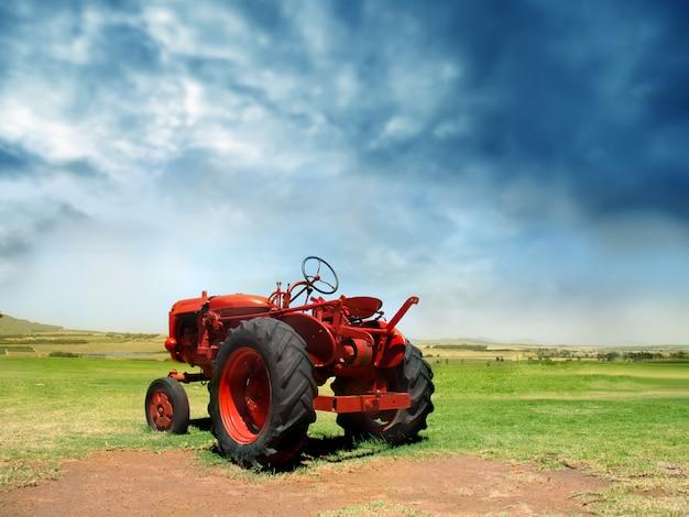 Czerwony mały ciągnik na wsi