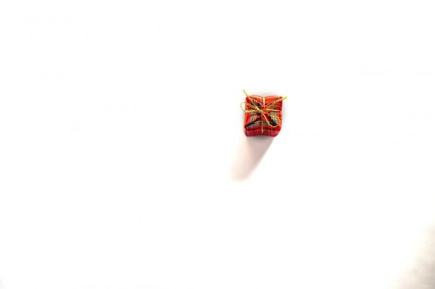 Czerwony mały prezenta pudełko z czerwonym faborkiem na białym tle